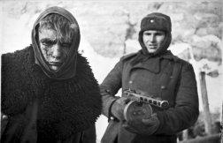 Soldato dell'Armata Rossa marcia con un soldato tedesco fatto prigioniero dopo la vittoria nella battaglia di Stalingrado, 1943