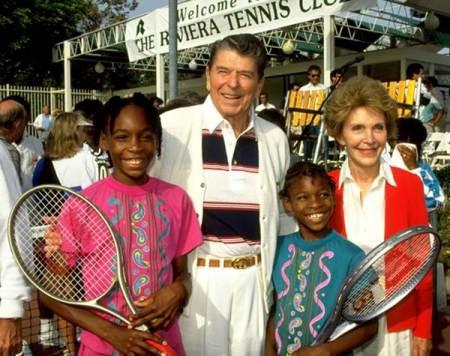 Serena e Venus Williams in posa per una foto con l'ex presidente Ronald Reagan e la moglie Nancy nel 1990