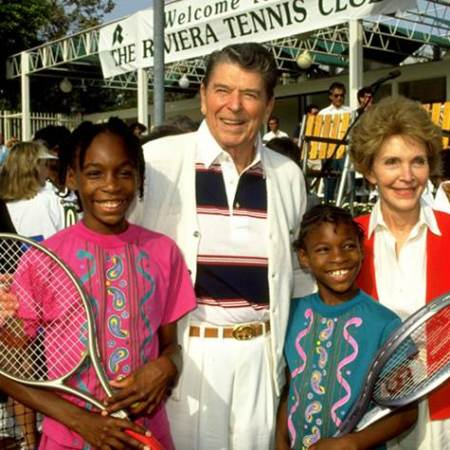 Serena e Venus Williams in posa per una foto con l'ex presidente Ronald Reagan e la moglie Nancy nel 1990