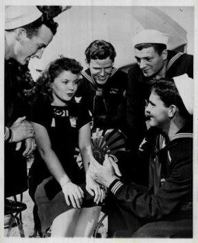 Shirley Temple e alcuni marinai