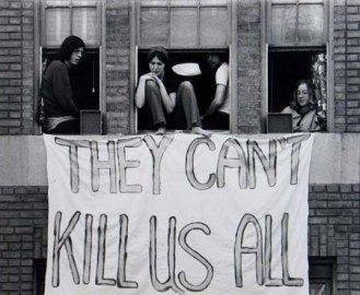 Cartello appeso fuori dalla finestra del dormitorio alla Kent State dopo la sparatoria del 1970