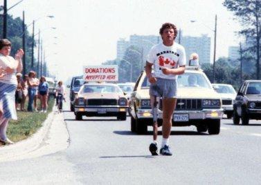 Terry Fox corre durante la sua Maratona della Speranza per tutto il Canada nel 1980. Ha corso per 143 giorni prima di morire