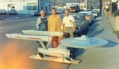 La prima foto del modello USS Enterprise e gli uomini che lo hanno costruito, 1965