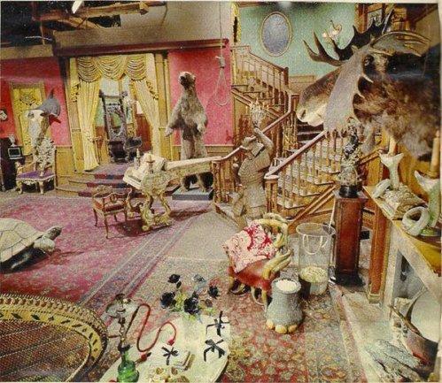 Il set dell'originale serie della famiglia Addams fotografato a colori