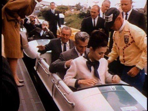 Lo scià e la regina dell'Iran fanno un giro con Walt Disney durante una visita a Disneyland, 1962
