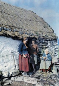 Tre generazioni di donne fuori dal loro casolare in pietra, Irlanda, 1927. Fotografia di Clifton R. Adams