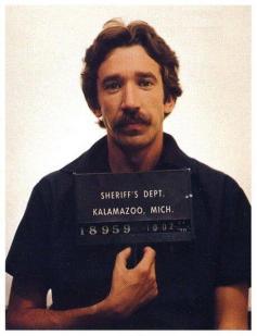 Foto segnaletica di Tim Allen dopo essere stato arrestato per possesso di oltre 650 grammi di cocaina. 1978