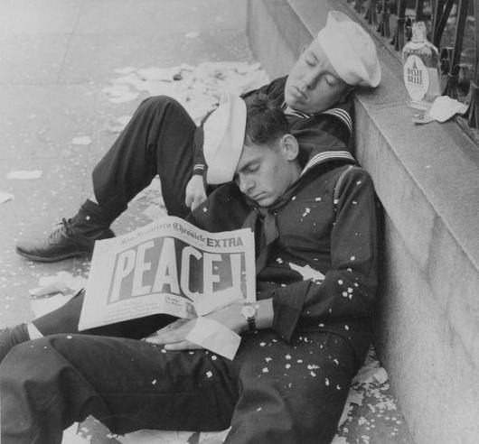 Due marinai che celebrano la fine della seconda guerra mondiale