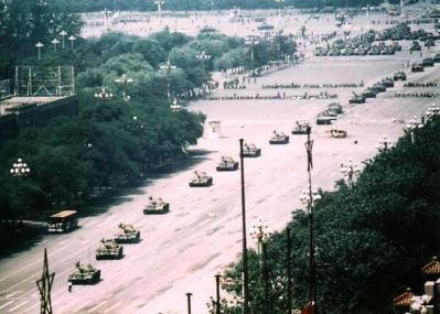 Versione non ritagliata della famosa foto di Jeff Widener di un rivoltoso sconosciuto in Piazza Tiananmen, Pechino 1989