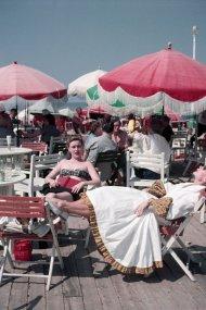 Donne sul lungomare, Deauville, Francia, Agosto 1951