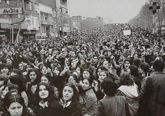 Donne protestano contro l'obbligo di indossare il hijab in Iran dopo la rivoluzione islamica del 1979