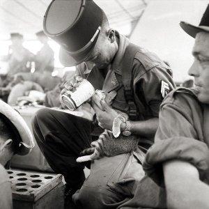 Un soldato francese che dà da mangiare all suo gattino, Indocina 1956