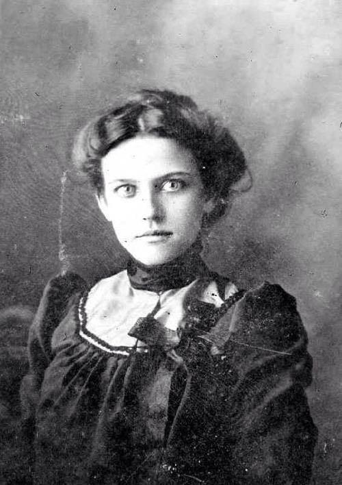 Una donna dell'epoca vittoriana con gli occhi sorpresi per la sua prima fotografia, 1890 circa