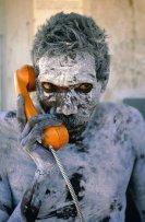L'aborigeno Tom Noytuna usa per la prima volta il telefono appena installato, circa 1980. Fotografia di Penny Tweedie