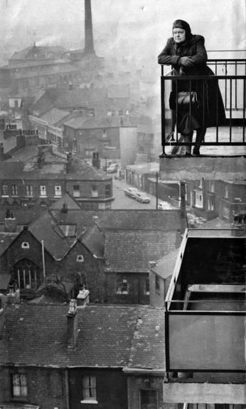 L'attrice Violet Carson su un balcone che si affaccia su Manchester nei primi anni '60. Fotografia di John Madden C