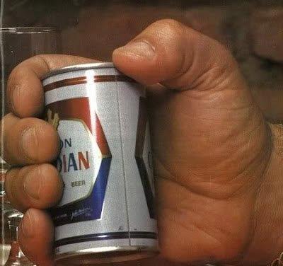 La mano di Andre the Giant tiene una birra, anni 70