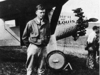 """Charles Lindbergh, noto per aver pilotato il suo aereo """"Spirit of Saint Louis"""" in un volo non-stop da New York a Parigi"""