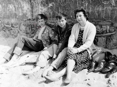 David Bowie in una gita a Westgate-on-Sea, Kent, con la madre del suo compagno di scuola Mike Hawksworth e Mike, 1963