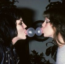 Double Bubble. Joan Jett e Jackie Fox di The Runaways nel 1977