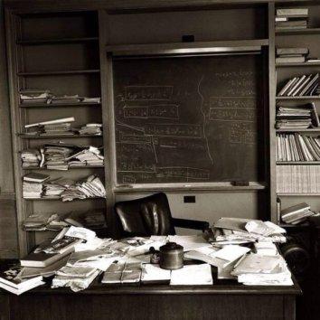 La scrivania di Einstein il giorno dopo la sua morte. Fotografia di Ralph Morse