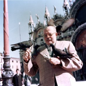 Ernest Hemingway con i piccioni, Venezia: l'Italia 1954