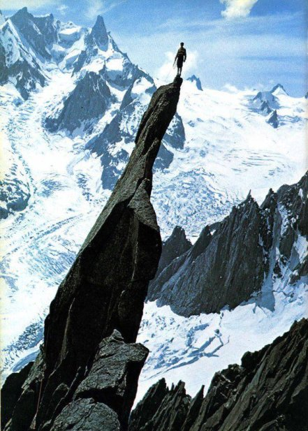 Gaston Rébuffat fa alpinismo su una montagna francese, 1944. Fotografia di George Tairraz