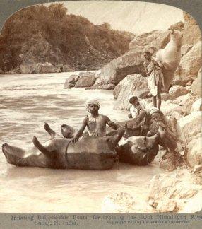 Gonfiaggio pelli di vacca da utilizzare come barche nell'Himalaya indiano, 1903
