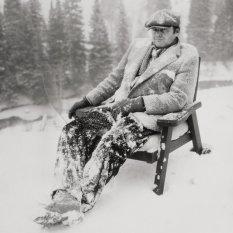 """Jack Nicholson si rilassa durante le riprese di """"The Shining"""" in Colorado, 1980. Fotografia di Albert Watson"""