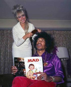 Jimi Hendrix si fa i capelli mentre legge MAD Magazine