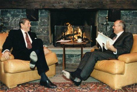 Mikhail Gorbachev e Ronald Reagan si incontrano al vertice per la prima volta