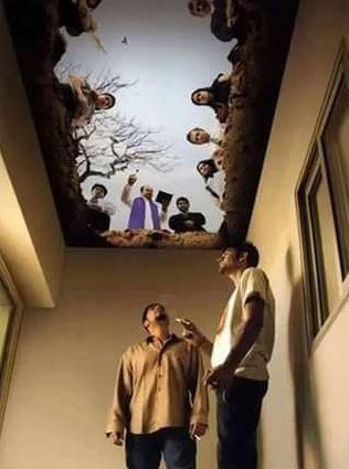 Pittura surreale nel soffitto di un'area riservata ai fumatori di uno stabilimento - Luogo e autore ignoti