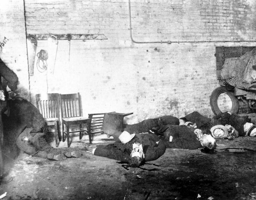 """I corpi di sei dei sette uomini uccisi il 14 febbraio 1929, al S. M. C. Cartage Company garage al 2122 N. Clark St. in Chicago North Side in quello che divenne noto come il San Valentino Day Massacre, sparsi sul pavimento. Molti dei morti erano membri di una banda di North Side gestita da George """"Bugs"""" Moran, che aveva una rivalità con Al Capone e la sua banda. - Chicago Tribune historical photo"""