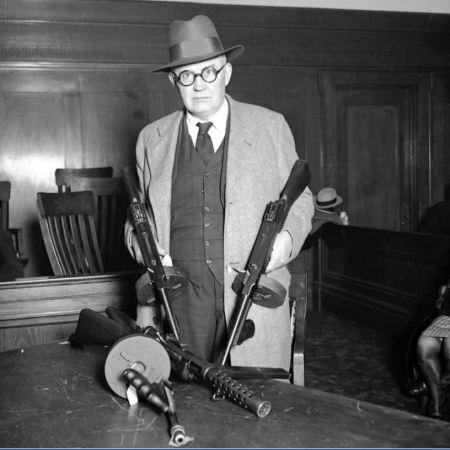 Il capitano William 'Shoes' Schoemaker mostra le mitragliatrici durante l'inchiesta per la Strage di San Valentino, il 19 aprile, 1929. Il coroner Bundesen convocò tutti i concessionari di armi della zona che trattavano mitragliatrici alla giuria del coroner a Chicago. - Chicago Tribune historical photo