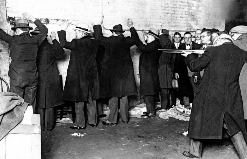 I giurati coroner guardano una rievocazione della Strage di San Valentino del 1929. - Chicago Tribune historical photo