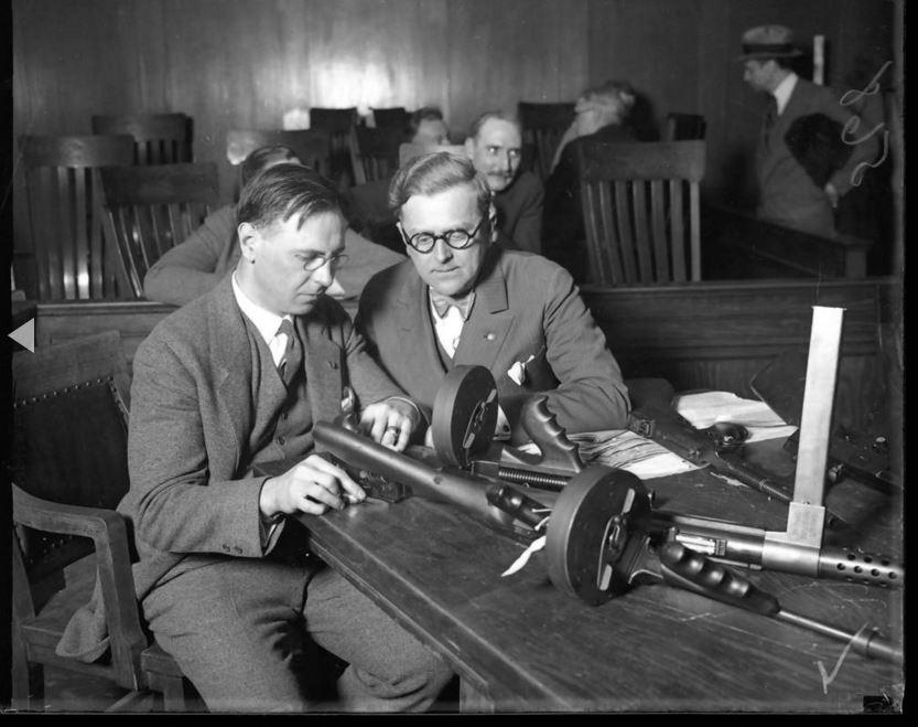 Il 19 aprile 1929, il coroner Herman N. Bundesen, a destra, e il tenente colonnello CH Goddard guardano le mitragliatrici ritenute responsabili della Strage di San Valentino. - Chicago Tribune historical photo