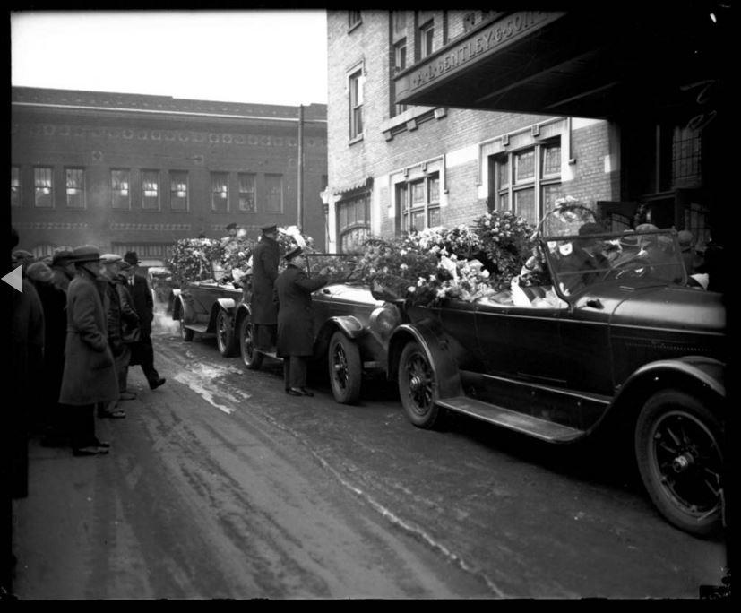 """Il funerale dei fratelli gangster Frank e Peter Gusenberg si è tenuto il 18 Febbraio 1929, era pieno di composizioni floreali, tra cui un cuore che si ritiene essere stato inviato dal capobanda George """"Bugs"""" Moran. I fratelli sono stati i leader nel nella banda di Moran. - Chicago Tribune historical photo"""