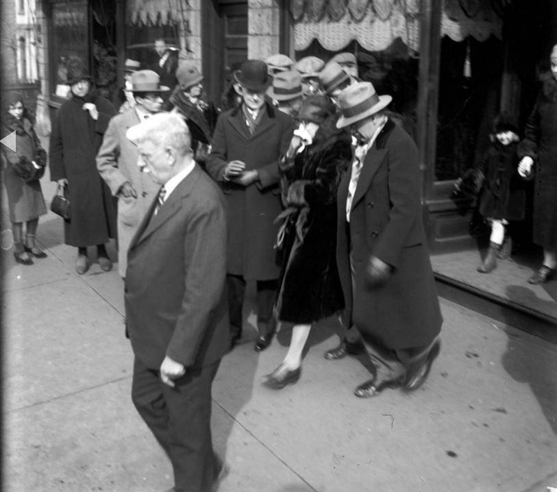 La signora Giuseppina Schwimmer (con il fazzoletto), la madre del dottor Reinhardt Schwimmer, lascia la cappella al funerale di suo figlio il 18 febbraio 1929. Schwimmer, un oculista con un complesso da teppista, è stato uno dei sette uomini uccisi durante la Strage di San Valentino il 14 febbraio 1929. - Chicago Tribune historical photo