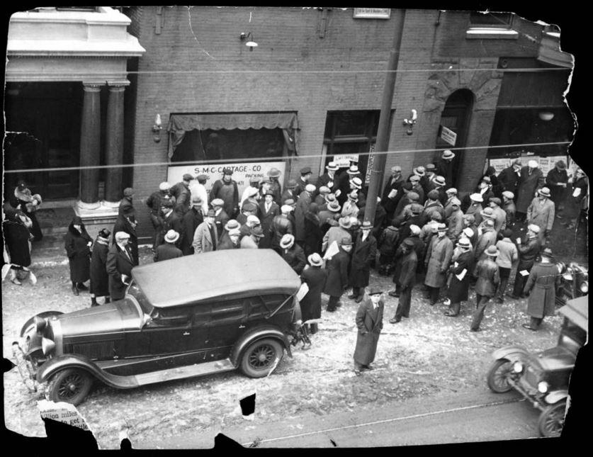 """La folla fuori dal garage Clark Street, di proprietà di George """"Bugs"""" Moran, dove ha avuto luogo la strage di San Valentino il 14 febbraio, 1929. - Chicago Tribune historical photo"""