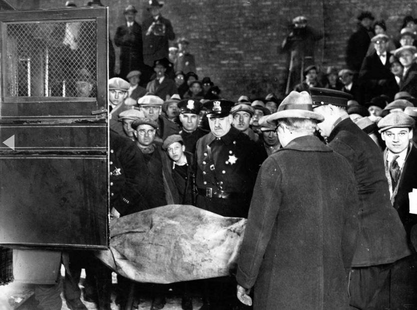Curiosi e amici e famiglie sulla scena della strage di San Valentino per identificare le vittime. - Chicago Tribune historical photo