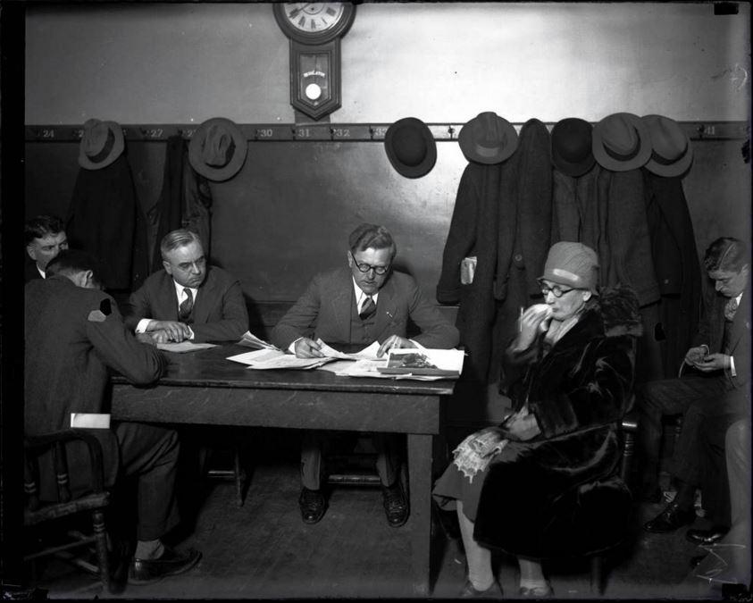 """La signora Giuseppina Schwimmer, la madre del ventinovenne assassinato Dr. Reinhardt Schwimmer, a un'inchiesta per la Strage di San Valentino il 15 febbraio, 1929 alla stazione di polizia di Hudson Avenue a Chicago. Dr. Reinhardt Schwimmer è stato l'unico dei sette uomini uccisi, che non faceva parte della banda di George """"Bugs"""" Moran. Il Chicago Tribune ha osservato che Schwimmer era un oculista con un complesso da teppista, per cui amava associarsi ai gangster. - Chicago Tribune historical photo"""