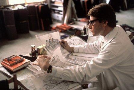 Lo stilista francese Yves Saint-Laurent nel suo laboratorio, Parigi 1979