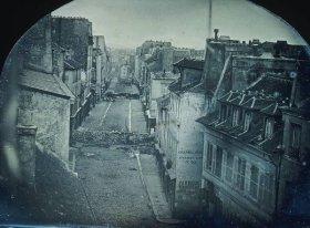 Barricate per le strade di Parigi durante la rivoluzione francese del 1848