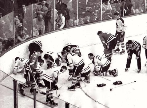 I Blackhawks e Maple Leafs cercano una lente a contatto 1962