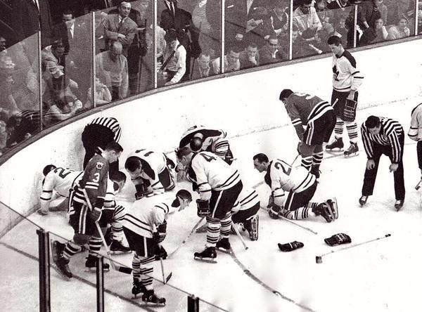 I Blackhawks e Maple Leafs cercano una lente a contatto 1962