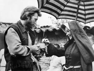 Clint Eastwood e Shirley MacLaine con un armadillo sul set di Two Mules for Sister Sara