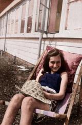 Foto colorata di Anna Frank che prende il sole sul suo tetto, 1939