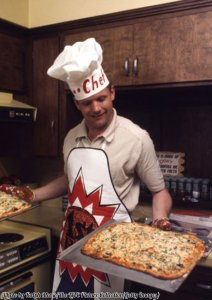 Il comandante Neil Armstrong fa la pizza in casa sua un paio di mesi prima di camminare sulla Luna, 1969