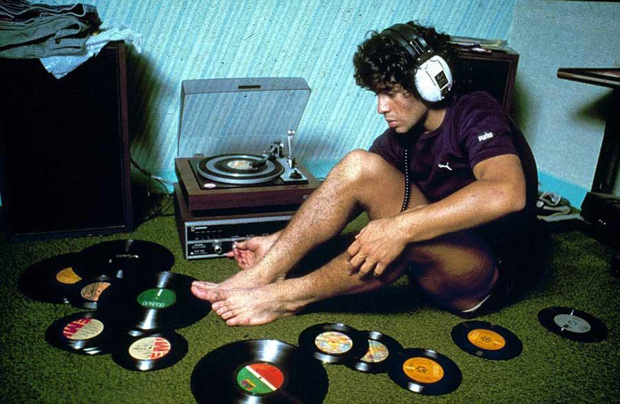 Diego Maradona ascolta i suoi vinili, 1980