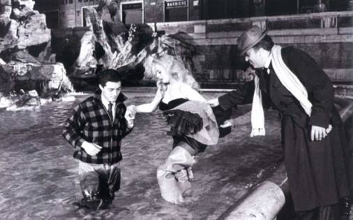 Federico Fellini aiuta Anita Ekberg a entrare nella Fontana di Trevi sul set de La Dolce Vita