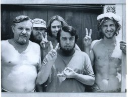 Harrison Ford (estrema destra) quando era un carpentiere e lavorava per la costruzione dello studio di registrazione di Sergio Mendes, 1970